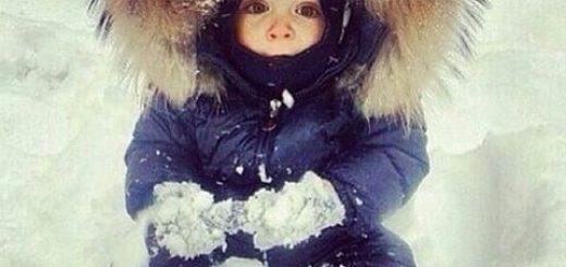 Spacer z niemowlakiem zimą – jak ubierać niemowlaka i kiedy karmić?